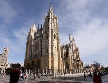 Catedral de León en el Camino de Santiago en bici